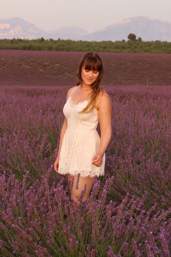 All the wonderful things: Fields of Lavender, Sommeroutfit Reisetipp Weißer Jumpsuit