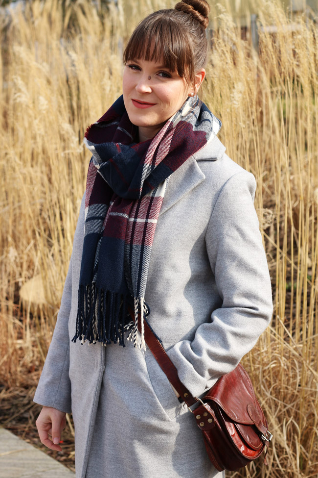 1 Jahr All the wonderful things - Eine Review Outfit Grey Coat Plaid Scarf